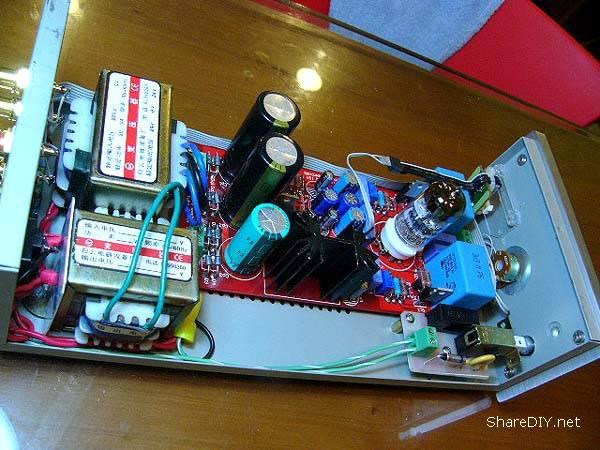 评价: 在电路中,设计师采用经典的三极管放大电路,工作于听感好的甲类状态,整个电路无增益,即缓冲级,电路中巧妙地在输出端采用较深的负反馈电路,其电路的失真达到了惊人的指标,达到百分之0.008,而频响则达到10HZ-100KHZ,输出阻抗则降到了200欧,这对胆机来说,这样指标已经是很理想的状况了。单独从以上指标来说,就没有不出好声的理由。另外一个很独特的地方采用6DJ8/6922/6N11管在屏压达50V仍能工作的特性,使配套的变压器只要12V交流,通过电路的倍压整流电路升压至双28V-30V左右,