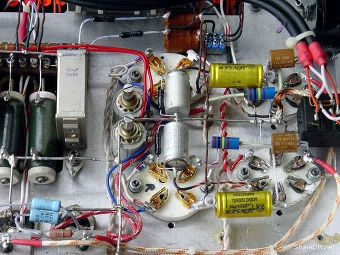 返璞归真,用回西电原始线路。去掉机内特氟隆镀银信号线,全部改为纯铜线或西电铜线。声音比原来润泽、稳重了许多,终于显现了西电WE310推300B应有的素质 先看看内部。 再看看局部特写。 西电细网WE310风采依旧 看看重新焊机以前的布线吧,那是万恶的旧社会呀