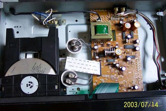 原已经很久没碰烙铁了,但在年前碰上几块拆机的PCM58想起我那台SONY790不爽的音质又看到价格不贵就买了二块,想就此学大侠们打摩一番CD机的DAC已期待那温柔的声音出自我那SONY790,一个美丽的肥皂泡已经在我的新年幻想中吹开了!经过一番准备后开工了,我的思路是用PCM58代换原DAC1860,毕竟PCM58是18BIT的DAC,而且在发烧友中的口碑不错。  虽然它们之间的引脚不一样但我用洞洞板做好了PCM58+电源后根据AD1860引脚功能用导线进行相连。可以说这个过程还是比较顺利的,心情也不错听