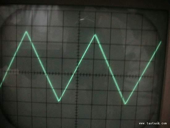 最近翻东西时,看到了一片以前朋友送的信号发生器芯片ICL8038,一时无事,用它做了一个信号发生器。最初不理想,后经过修改调整,效果不错。 这个信号发生器能够输出方波,三角波,正弦波三钟波形,频率1Hz-300KHz。分六档,在制作pcb时,得到了aeon兄不辞辛劳的无私帮忙,十分感谢!!! 这是刚腐蚀好的pcb