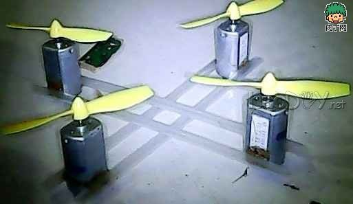 列位有没有想过要本身制作一架旋翼机?又是否曾经被四轴旋翼机的繁琐与伟大所困扰,而最终放弃对他的研究? 本文将着重教会各人不要gps,不要电调,不要单片机,不要螺陀仪,用最简的要领打造一架属于本身的旋翼机!  此系本次diy所用的原料:7.2v充电电池组 ,4个重量低于20k的航模马达,四通遥控,和木板尚有继电器,以及。。。航模旋翼扇叶(不是电扇扇叶)。  先将扇叶插在马达的轴承上  依次插四个  将马达排好,用吸管如图毗连  上一点要干几天的录丁胶在毗连处  做两组,趁便两组马达的另一面也这样做,最后,假