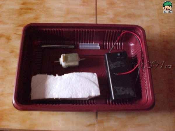 制作利用餐盒制作简易电动明轮船的方法图解
