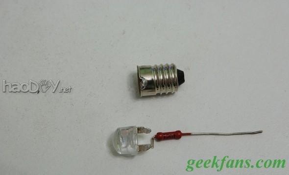 手里有一个很老的PEZTL SAXO头灯,用四节AA电池的,直筒型能当手电使的,布局很是简朴,用了许多年也不见坏,预计也用不坏,独一能动的就是灯头,既是开关也是电池盖。   固然不会坏,可是用起来很不爽,它用的是老式的充气灯胆,6V,300mA,听说平凡4节碱性电池能用9个小时,可是此刻大大都时辰都是用镍氢的充电电池,题目来了,镍氢电池电压低,1.